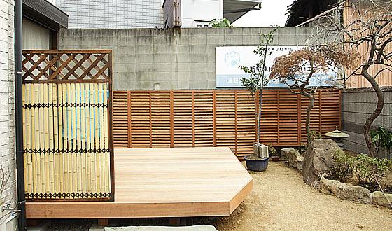お庭を眺めて癒されるウッドデッキ