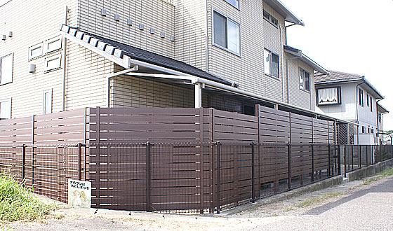 裏面の目隠しに人工木製のフェンスを施工